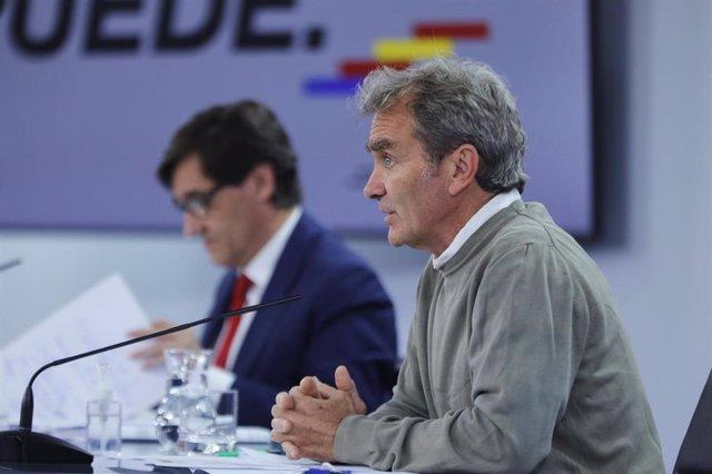 El ministro de Sanidad, Salvador Illa (d), y el director del Centro de Coordinación de Alertas y Emergencias Sanitarias -CCAES- Fernando Simón, comparecen en rueda de prensa telemática en Moncloa, para informar de la evolución de la COVID-19, en Madrid (E