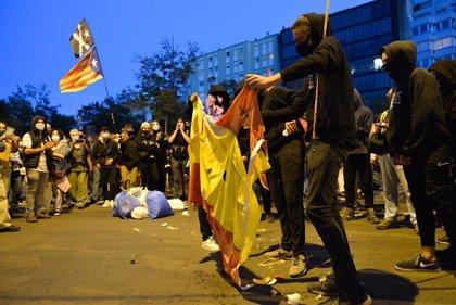 Unos 1.000 CDR se concentran en Girona y se queman banderas de España tras inhabilitarse a Torra