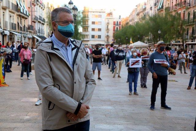 Pla mitjà de l'alcalde de Tarragona, Pau Ricomà, durant la concentració de rebuig a la inhabilitació de Torra, a la plaça de la Font, el 28 de setembre del 2020. (Horitzontal)