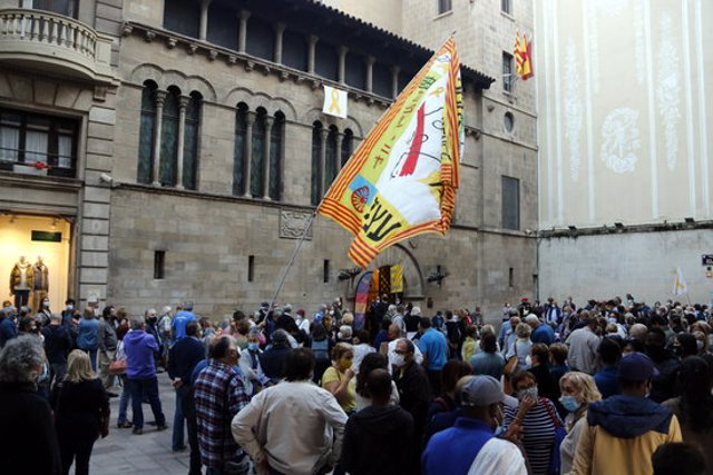 Pla general de la protesta contra la inhabilitació del president Torra a la plaça de la Paeria de Lleida, el 28 de setembre de 2020. (Horitzontal)