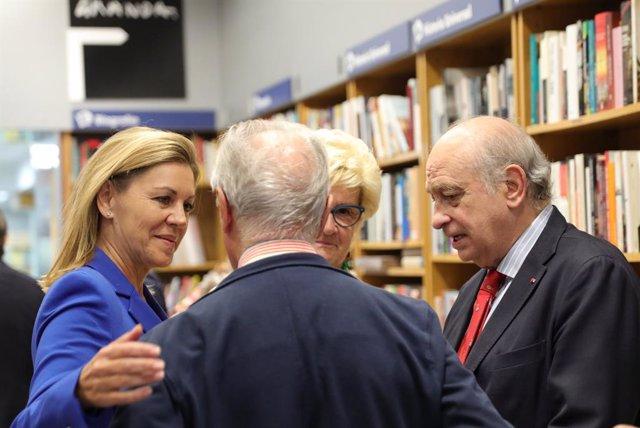 La exministra de Defensa María Dolores de Cospedal (1i), junto al exministro de Interior y miembro del PP, Jorge Fernández Díaz