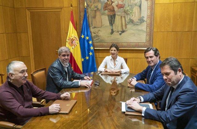 La ministra de Treball i Economia Social, Yolanda Díaz; els secretaris generals d'UGT i CCOO, Pepe Álvarez i Unai Sord; el president de CEOE, Antonio Garamendi, i el president de Cepyme, Gerardo Cuerva.