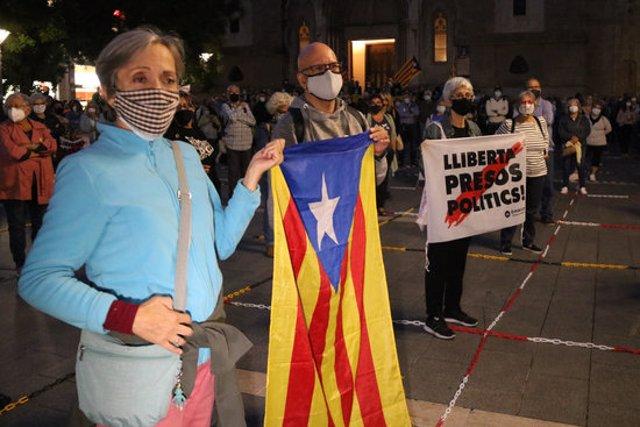 Pla mitjà de diversos assistents a la concentració celebrada a Sabadell el 28 de setembre del 2020 contra la sentència que inhabilita Quim Torra com a president de la Generalitat (horitzontal)