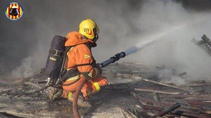 Extinguido el incendio junto a la valla de Ford Almussafes, sin afectar a la fábrica