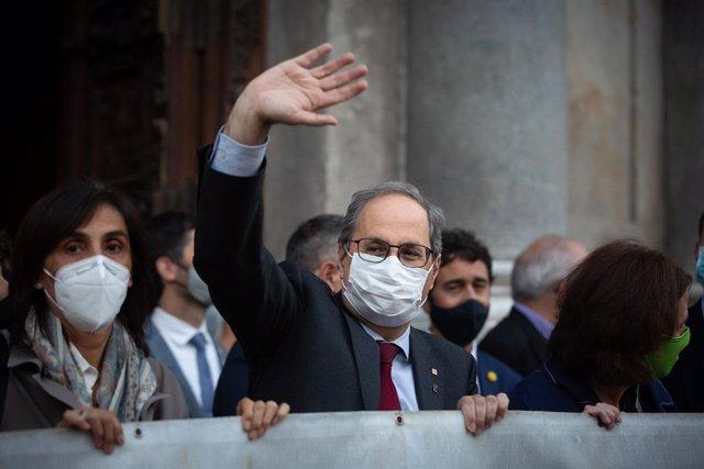 El president de la Generalitat, Quim Torra, saluda a los congregados en plaza Sant Jaume, después de conocerse su inhabilitación