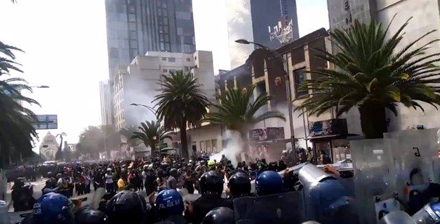 Disturbios entre policías y manifestantes durante una protesta a favor del aborto en México