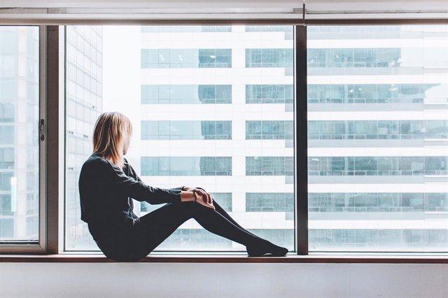Mujer, triste, ventana, depresión