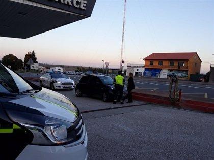Investigada una conductora hallada ebria en Ordes recostada en un vehículo en un cruce con un menor
