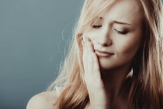 Toothache. Woman suffering from tooth pain  Dolor de muelas. Mujer que sufre de dolor de dientes