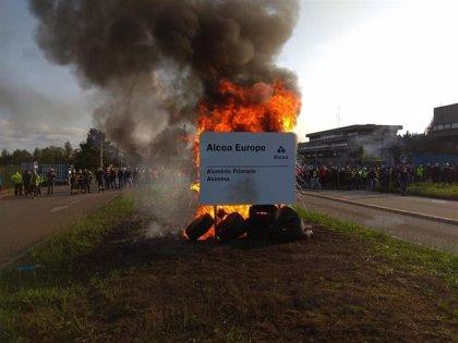 Trabajadores de Alcoa y las auxiliares intensifican sus protestas tras el fracaso de la venta y la mesa con la empresa