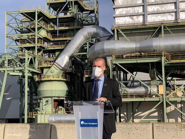 Pla mitjà del president del Port de Tarragona, Josep Maria Cruset, davant la planta de producció de ciment a tocar de l'escullera, que es desmantellarà. Imatge del 29 de setembre del 2020. (Horitzontal)