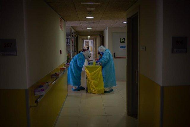 Preparan en un pasillo el material para realizar test rápidos de Covid-19 a los residentes  de una residencia, foto de archivo