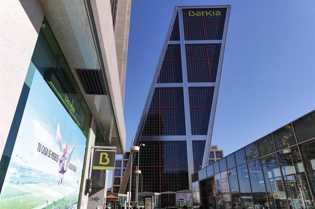 Logo y distintivo de Bankia en la torre Kio en la que se ubica la sede del banco.