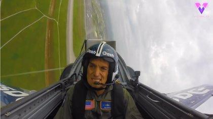 Este hombre se desmaya durante un vuelo debido a la fuerza G durante una maniobra