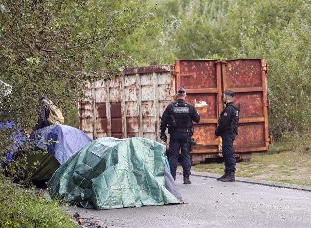 Policies en una operació per desmantellar un campament a Calais (França), 13 setembre del 2019. Foto: Steve Parsons/PA Cable/dpa