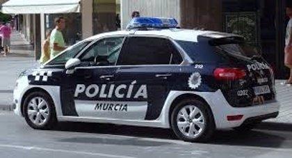 La Policía Local de Murcia disuelve una fiesta de cumpleaños con más de 40 personas congregadas en la calle