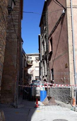 Pla general del carrer on s'han iniciat les obres d'ampliació del Museu dels dinosaures d'Isona el 29 de setembre del 2020. (vertical)