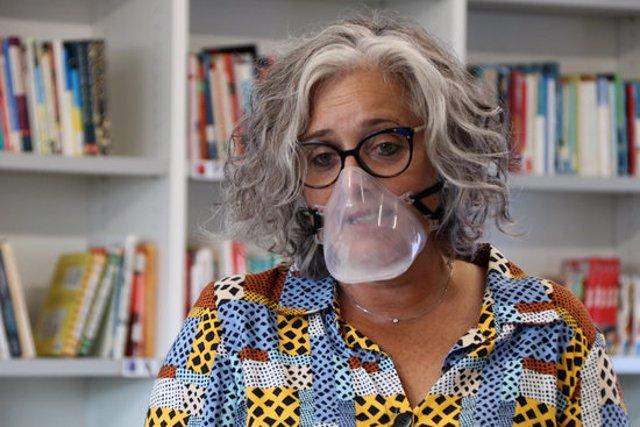 Primer pla d'una professora de l'INS Andreu Nin del Vendrell utilitzant una mascareta transparent. Imatge del 29 de setembre del 2020 (horitzontal)