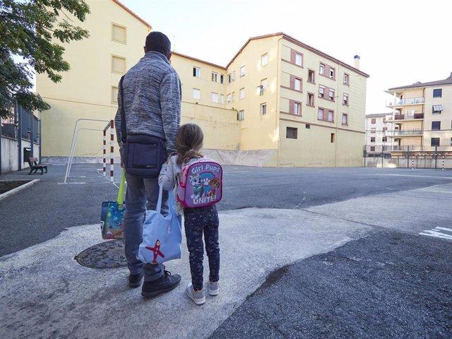 Un padre frente a las puertas del Colegio Público Víctor Pradera en el primer día de colegio del curso escolar 2020-2021en Pamplona, Navarra (España), a 4 de septiembre de 2020.