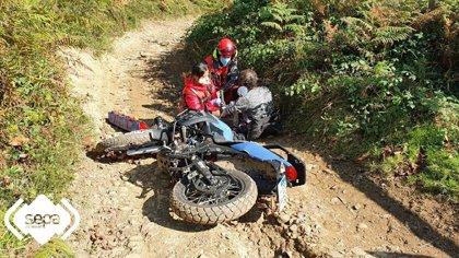Un motorista resulta herido en una pierna tras sufrir una caída en una senda forestal en Aller