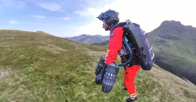 Reino Unido prueba un 'jet suit' para rescatar a víctimas en zonas remotas
