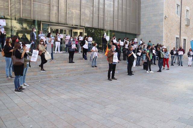 Pla general dels docents i treballadors de l'empresa Eurest en una concentració davant de la Delegació de la Generalitat a Girona el 29 de setembre de 2020 (Horitzontal)