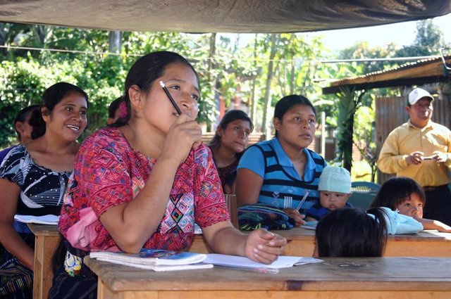 Mujeres se forman en una escuela en Guatemala