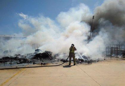 Servicios de emergencia extinguen el incendio declarado en el exterior de una nave industrial de Alhama