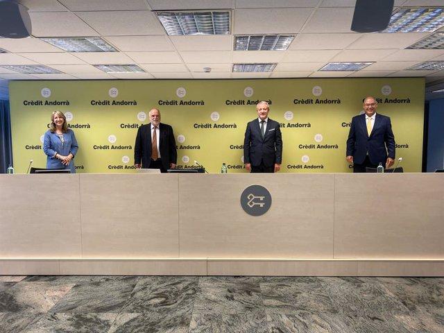 Montse Guàrdia, directora general d'Alastria Blockchain Ecosystem; Josep Maria Rosanas, professor emèrit de Comptabilitat i Control en el IESE; Joan R. Mas, director de Comunicació Corporativa, Màrqueting i Transformació Digital de Crèdit Andorrà.