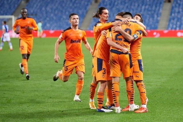 Fútbol/Primera.- El Valencia saca tres puntos de oro en el Reale Arena