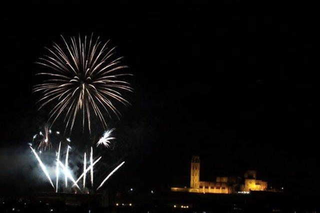 Imatge del castell de focs de les Festes de la Tardor de Lleida a l'entorn de la Seu Vella, el 29 d'octubre del 2020. (Horitzontal)