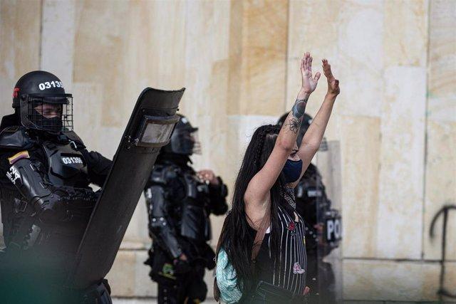 Una manifestante durante las recientes protestas contra el Gobierno de Colombia y la violencia policial, celebradas en Bogotá.