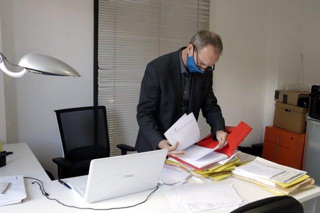 El portaveu dels advocats voluntaris, Albert Carreras, consultant les seves notes de les declaracions que s'han fet en el marc de la querella col·lectiva per l'1-O. Imatge publicada el 30 de setembre del 2020 (Horitzontal)