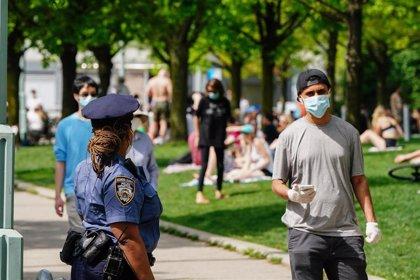 Las autoridades de Nueva York advierten de multas por no usar mascarilla ante el aumento de casos