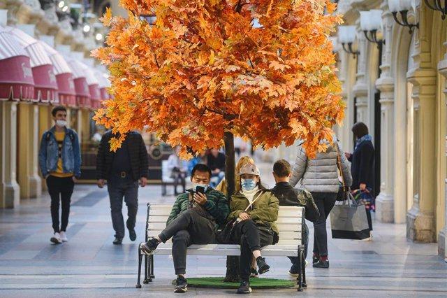 Dos personas con mascarilla cerca de la Plaza Roja de Moscú