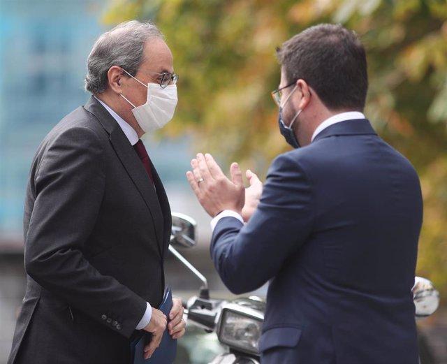 El presidente de la Generalitat, Quim Torra, es aplaudido por el vicepresidente, Pere Aragonès, a su llegada al Tribunal Supremo (TS), en Madrid (España), a 17 de septiembre de 2020. Archivo.