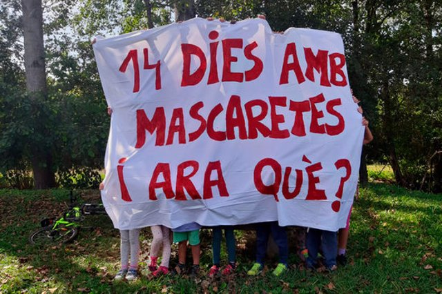 Pla general d'alguns alumnes de l'escola Finestres de Mieres aguantant una pancarta reivindicativa demanant que Educació revoqui l'ús de mascaretes a les aules el 29 de setembre de 2020 (Horitzontal)