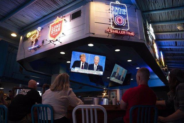 Imagen de un grupo de personas asistiendo al debate electoral entre el presidente de Estados Unidos, Donald Trump, y el candidato demócrata, Joe Biden.