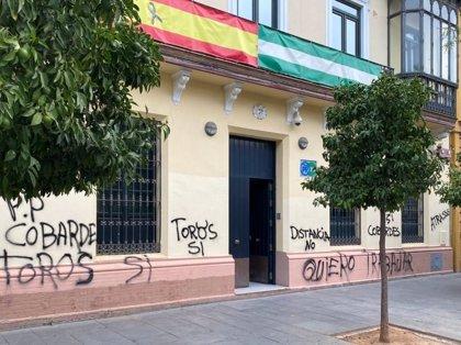 Las sedes de PP, PSOE y Podemos en Sevilla amanecen con pintadas ofensivas y en defensa de los toros