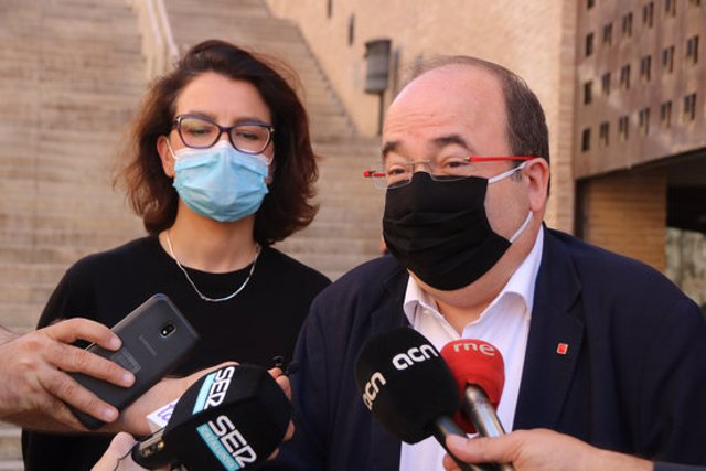 Pla mitjà del primer secretari del PSC, Miquel Iceta, i la portaveu del PSC al Parlament, Eva Granados, davant del Palau de Congressos de Tarragona. Imatge del 30 de setembre de 2020. (horitzontal)