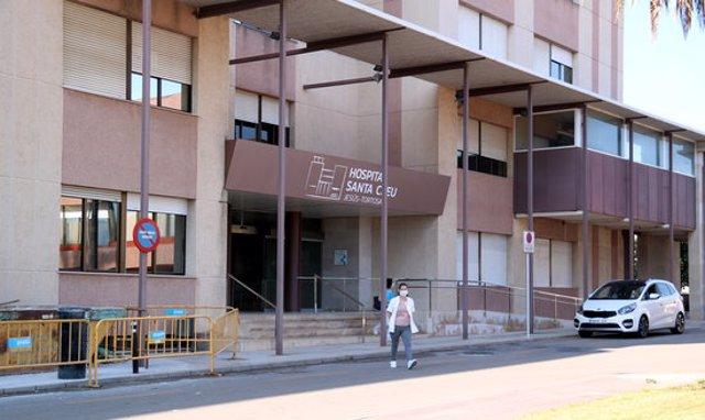 Pla general de l'entrada principal de l'Hospital Santa Creu de Jesús. Imatge del 30 de setembre del 2020 (horitzontal)