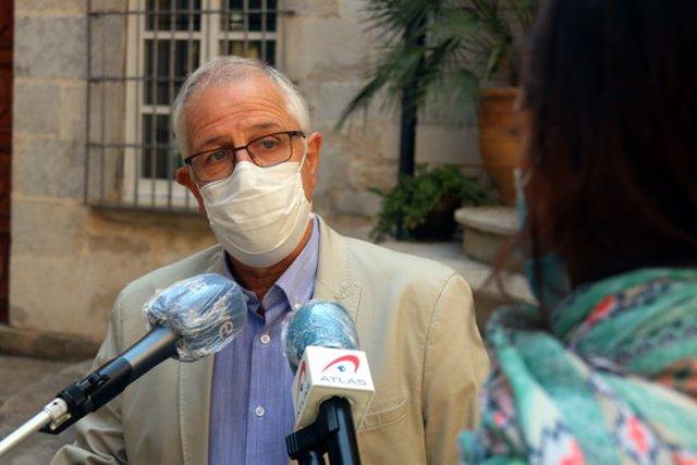 El gerent del CatSalut a Girona, Miquel Carreras, atenent els mitjans a la Delegació del Govern aquest 30 de setembre del 2020. Pla mig (Horitzontal)