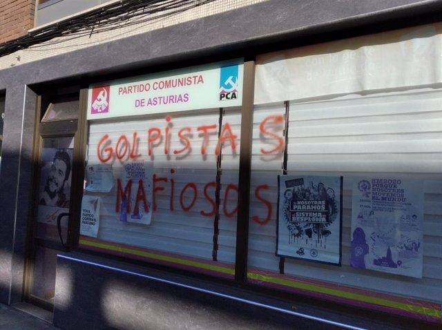 Pintadas en la sede de IU de Corvera.