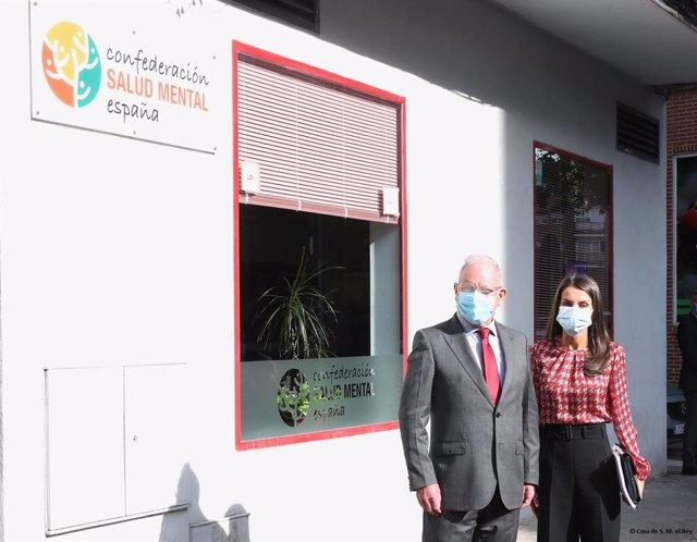 La reina visita la sede de la Confederación Salud Mental España .
