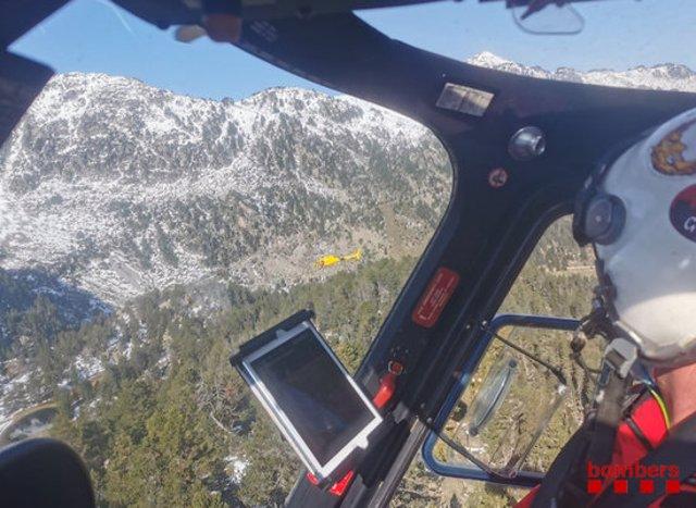 Pla mitjà on es pot veure l'interior de l'helicòpter dels Bombers que participa a la recerca d'una parella de joves desapareguts al Parc Nacional d'Aigüestortes i Estany de Sant Maurici, el 30 de setembre de 2020. (Horitzontal)