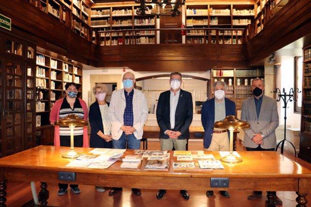 Imatge del president de la Diputació de Lleida, Joan Talarn, amb l'historiador Jaume Barrul i el fill del fotògraf Lluís Terrés, al Servei de Biblioteca-Hemeroteca de l'IEI, el 30 de setembre del 2020. (Horitzontal)