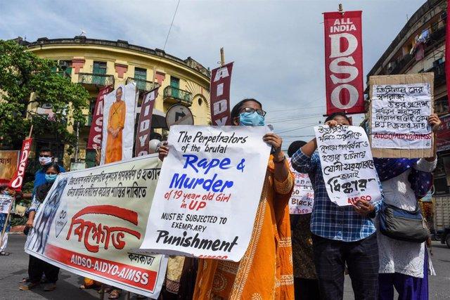 India.- Miles de personas salen a la calle en India por la violación en grupo de