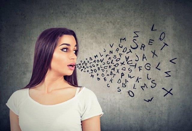 Mujer hablando, letras y palabras al aire.