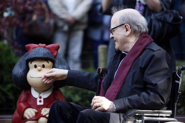 """Desde el pasado jueves Mafalda tiene """"doble nacionalidad"""": Bonaerense y oventense. Una réplica de la figura que se encuentra en la capital argentina se podrá ver desde ahora en el Campo de San Francisco de Oviedo hasta donde viajó su creador Quino Pet"""