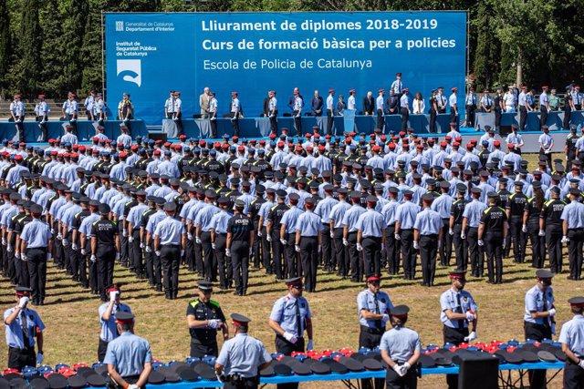 Els 804 agents -454 nous Mossos d'Esquadra i 350 policies locals- (ISPC), durant l'acte  de graduació en l'Institut de Seguretat Pública de Catalunya a Mollet del Vallès (Barcelona).